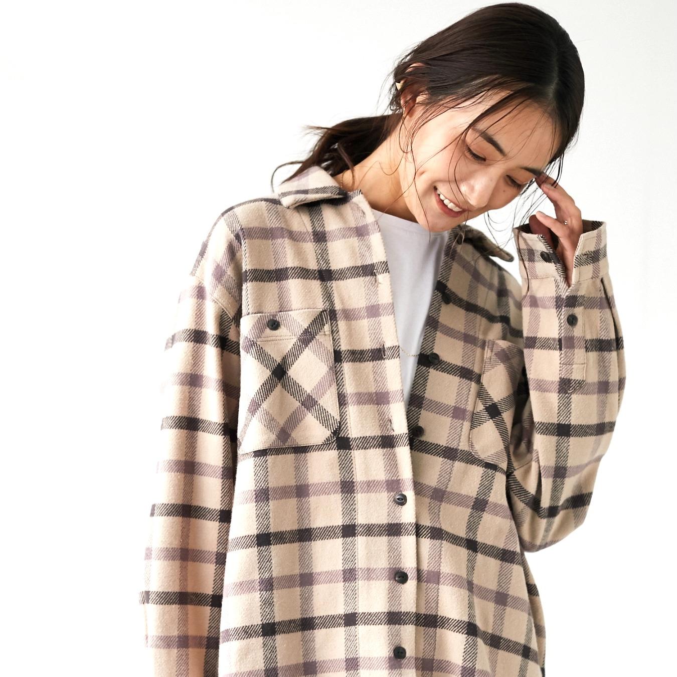 2022最新のシャツをおしゃれに着こなす冬コーデ。大人女性のおすすめはこれ